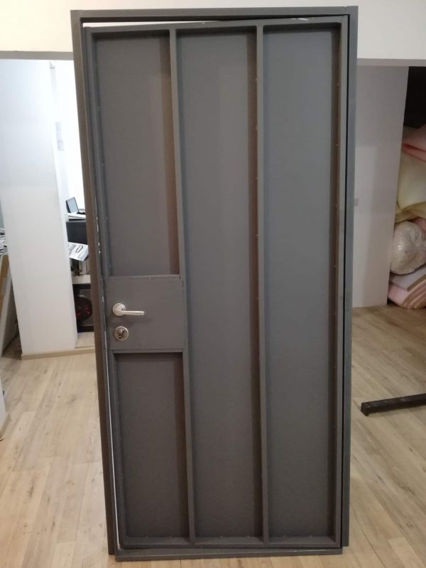 Метална врата за мазе в грунд сив