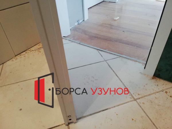 Алуминиева врата за баня с обличаща каса