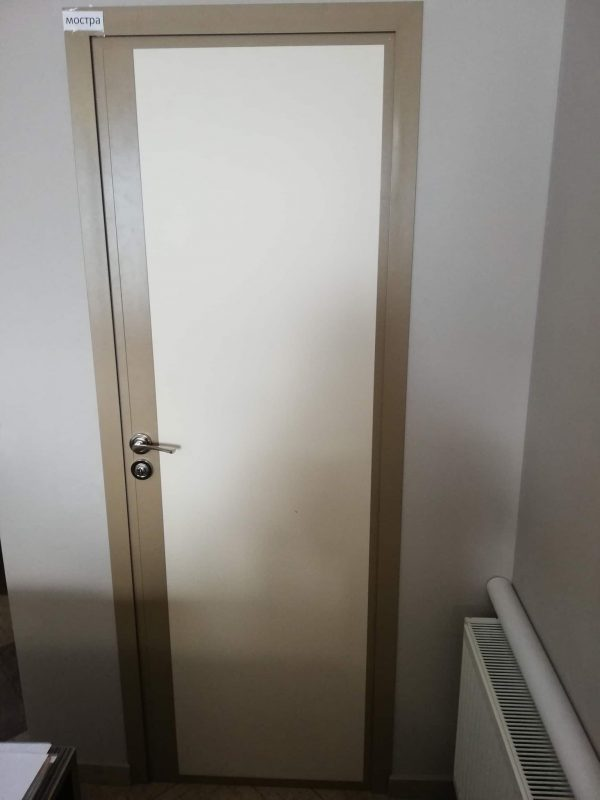 Алуминиева врата с красив дизайн и обличаща каса