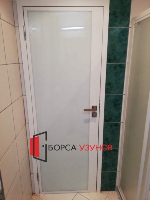 Бяла алуминиева врата с обличаща каса в София