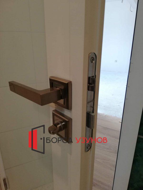 Бяла алуминиева врата с обличаща каса от Узунов