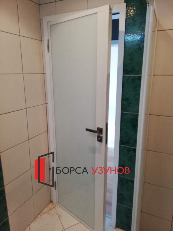 Бяла алуминиева врата с обличаща каса